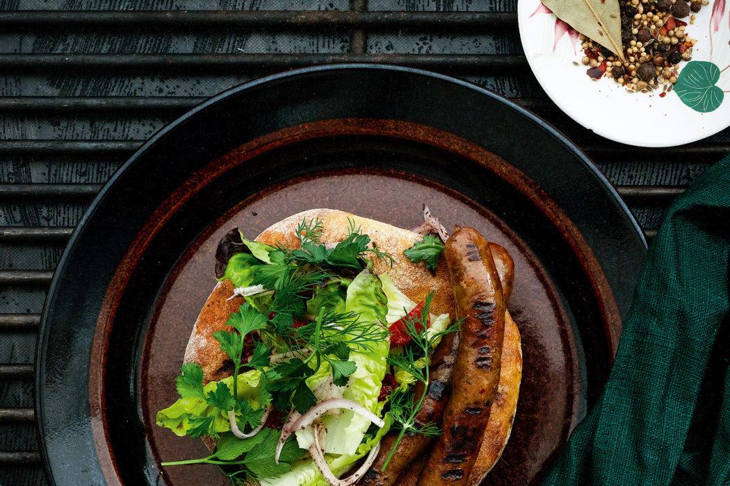 Grillattua lammasmakkaraa, rieskaa, sydänsalaattia ja kevätsipuli-majoneesia