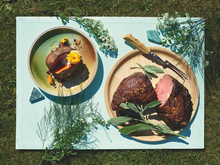 Nautaa, salviavoita ja grillibataatit