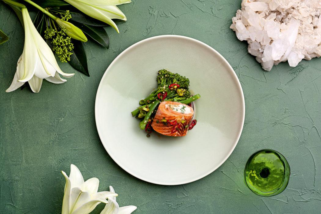 Täytetty teriyaki-lohirulla ja haudutettu broccolini