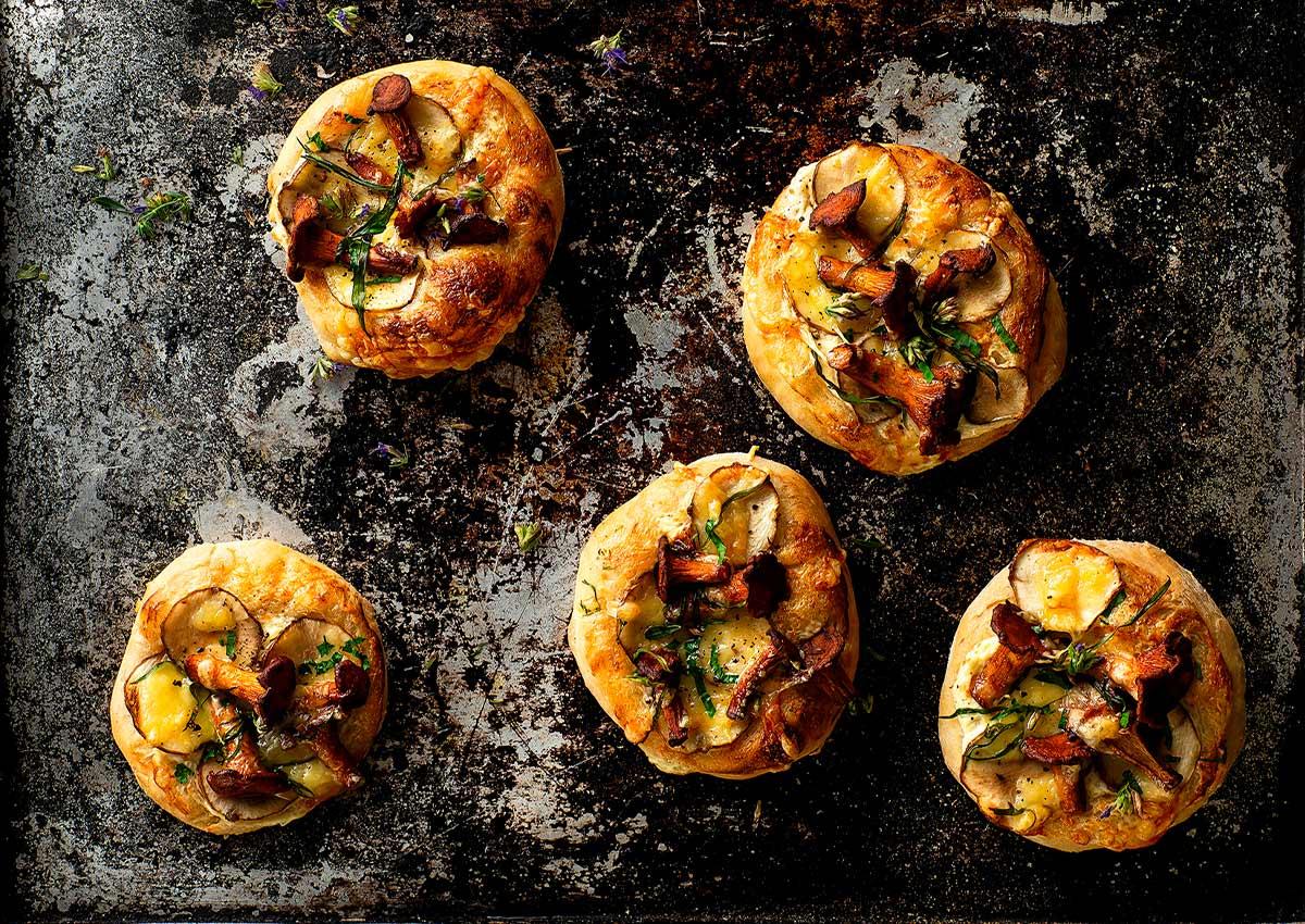 Pfaff Black Tie ja maa-artisokka-sienipizzat sopivat itsenäisyyspäivän vastaanottoon tai pikkujouluihin